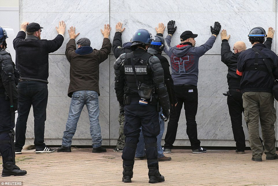 30f095a900000578-3435093-calais_saw_20_arrests_today_where_anti_islam_demonstrators_oppos-a-23_1454797210907
